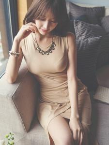 沙发短发美女模特丰满美胸遮挡不住娇羞可爱