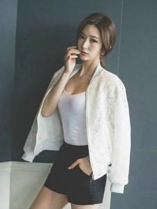 瓜子脸美女模特背心搭短裤低胸秀好身材