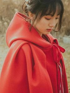 郊外荒野中的红衣披肩妹子娇俏写真