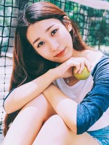 网球场内的活力妹子休闲阳光活力写真