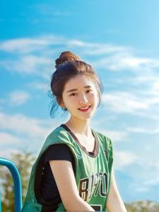 阳光下丸子头少女穿着篮球服活力四射
