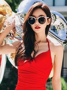 穿迷你短裙泳装的嫩白美女露胸脯阳光写真