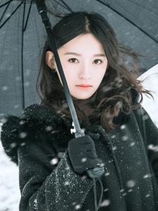寒冷雪地内的气质美女红唇娇媚写真