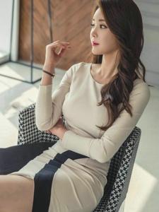 椅子模特白裙知性优雅显成熟魅力