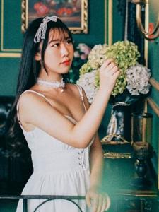 复古气息空房内的吊带白裙美女蕾丝恬静