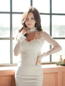 窗台光影美女模特蕾丝白裙清爽十足