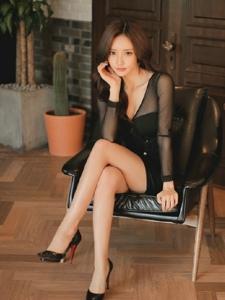 沙发美女模特深V裙托腮注视前方隐现乳沟