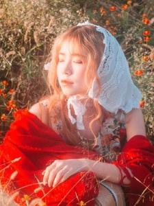 空阔荒草丛中的可爱娇艳妹子写真