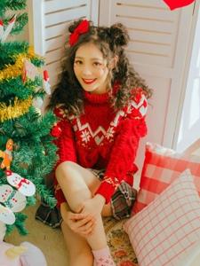 可爱圣诞妹子自然卷红色毛衣靓丽写真