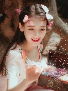 森林内的蝴蝶少女甜美娇嫩养眼写真