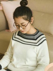 清新私房内的丸子头眼镜少女悠闲时光