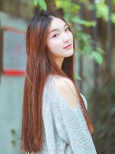 纯色写真的长直发美女粉嫩甜美温情动人