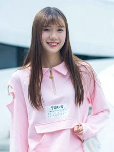 台阶上的粉嫩少女长发笑容甜美