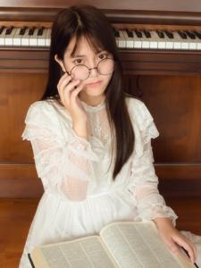 文静的大眼清纯女孩钢琴边的甜美时光