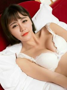 床上性感美女蕾丝内衣酥胸翘臀美腿魅惑