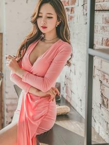 开胸粉红长裙美模豪放露半球气质优雅