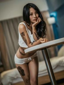 阳光古铜肤色性感纹身女孩宾馆翘臀诱惑写真