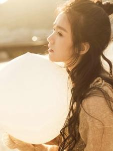 阳光下的高颜值气球美女娇美又迷人
