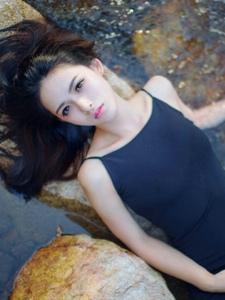 小溪中的吊带裙高颜值美女湿身诱惑