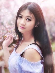 桃花树下的甜美少女粉嫩温馨感受大自然的气息