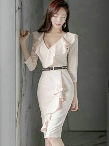 白嫩美模深V裙秀乳沟优雅成熟魅力十足