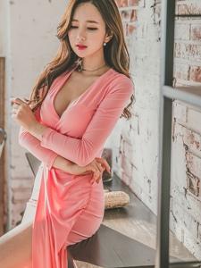 粉嫩低胸裙美模大秀事业线柔情风韵
