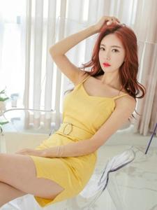 红发美女模特靓丽吊带黄裙又瘦又白尽显优雅