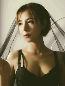 私房短发蕾丝黑纱美女侧颜美艳动人