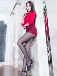 一袭红色制服美女Winnie黑丝美腿高清写真