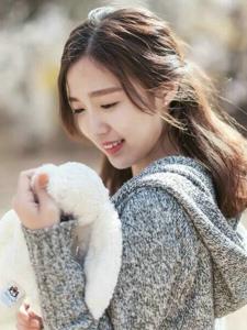 秋日花树下的玩偶少女清甜可人