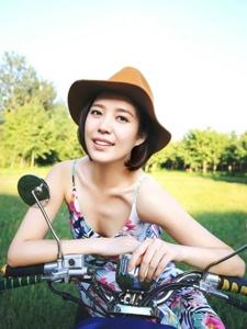 草坪草帽美女骑摩托车摩登帅气