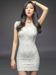嘟嘴美女模特蕾丝白裙成熟婉约仙气十足