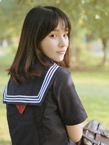 草地上的日系学院风素颜妹子娇俏迷人