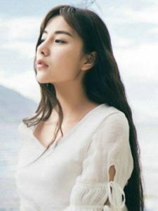 温柔白裙美女湖边淡雅气质美女安静怡人写真