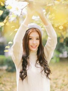 秋天落叶下的甜美贝雷帽气质美女