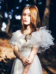 森林内的白裙中分女神幽静动人眼眸