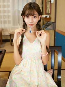 甜美麻花辫少女连衣裙温馨靓丽令人神往