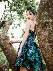 森林内赤脚美女吊带连衣裙孤独寂寞徘徊