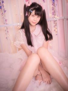 粉红床上的甜味少女举甜甜圈卖萌