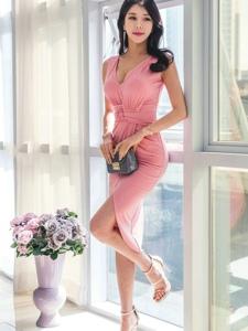 高挑美女模特粉红裙装翘腿展修长下身