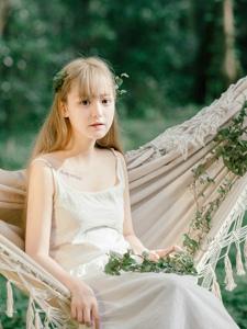 绿光森林内萌妹变身可爱小精灵清纯可人