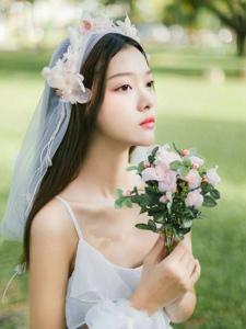 白纱美女变森林女神手捧花浪漫可人