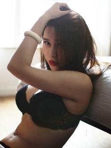红唇内衣美女宾馆翘臀温馨私房写真