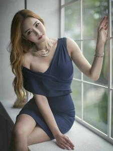 窗台金发模特深V蓝裙丰满圆润美艳动人