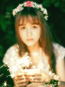 光里的花环少女蕾丝长裙遮面娇羞迷人
