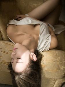 沙发销魂美女深V白裙袒胸露乳惹火热辣