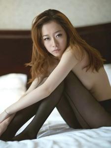 酒店半裸美女黑丝长袜迷情诱惑