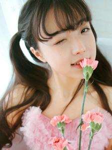 天使少女粉嫩抹胸裙甜美脸蛋超迷人