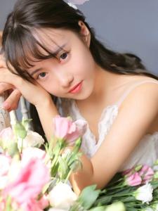 鲜花少女吊带蕾丝裙明艳动人笑容娇媚