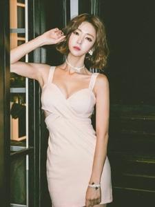 瓜子脸美女模特粉嫩紧身裙傲人胸器散发诱惑气息